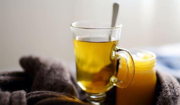 Ein Glas heißer Tee bei Erkältung