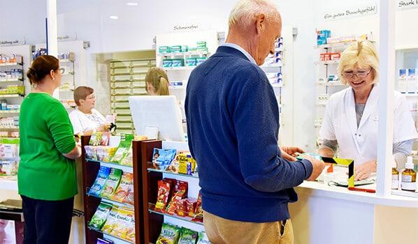 Kunden in der Offizin der Burg-Apotheke Warin