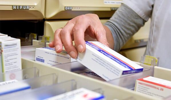PTA holt Medikament aus der Schublade