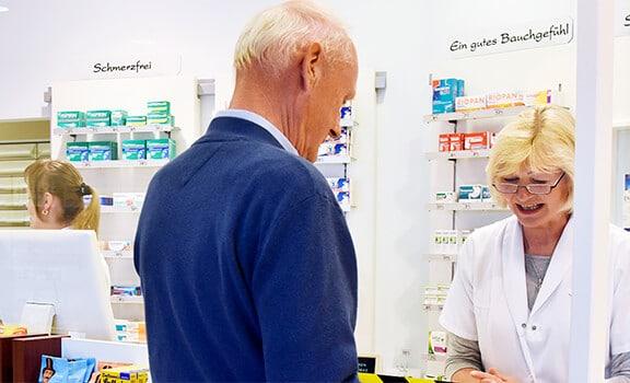 Kunde holt seine Medikamente ab