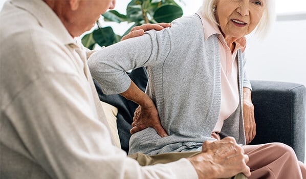 Ältere Dame mit Rückenschmerzen